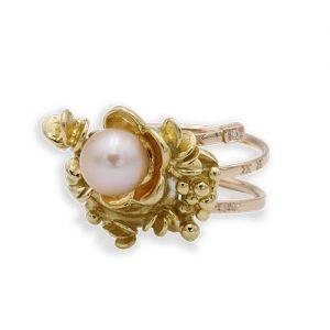 Bague fleur avec une perle de centre